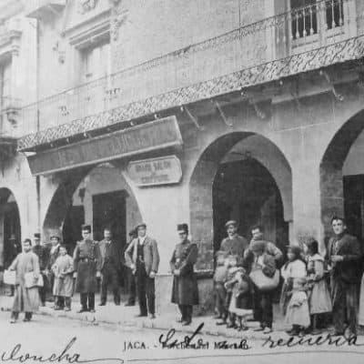 Imagen de comienzos del s.XX donde se aprecia la diferencia de escala entre los arcos de la Plaza de la Catedral de Jaca