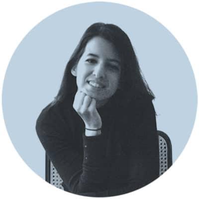 Fotografía de perfil de la arquitecta Elena Jiménez Sánchez